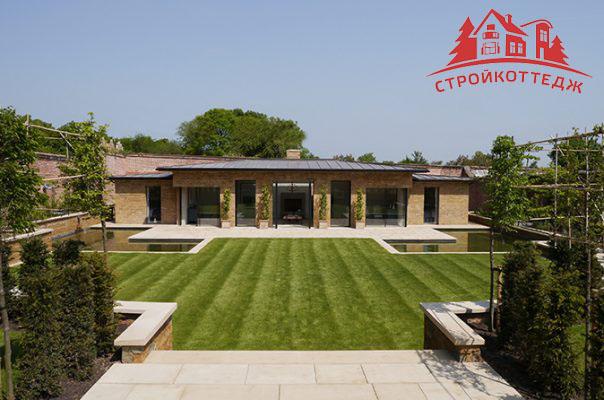 Дом среди зеленых садов с бассейном